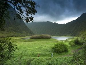 عنوان: پارک ملی La Réunion در حالی که آسمان طوفانی است دو کوهنورد در حال رفتن به مراسمی هستند. این پارک ملی در جزایر فرانسوی در جنوب غربی اقیانوس هند واقع شده است. این پارک در سال 2010 به فهرست میراث جهانی یونسکو اضافه شد. عکاس: Spani Arnaud