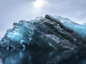 عنوان: زیر یک کوه یخی در قطب جنوب این عکس بسیار نادر از زیر یک کوه یخ است که تا کنون کمتر عکاسی از آن عکس گرفته است. عکاس: Alex Cornell