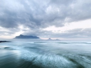 عنوان: کوه Table، آفریقای جنوبی ابرها قله ی این کوه زیبا را در خود محو کرده اند. عکاس: Bettina Schwarz