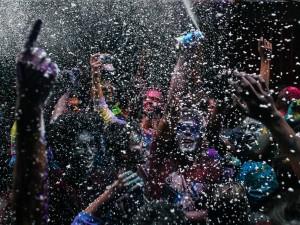 عنوان: جشنواره هول، بنگلادش دیدن انفجار و نور و رنگ در جشنواره هولی نشانه رسیدن فصل بهار و پیروزی خیر بر شر است. در این روز مردان و زنان زیادی به خیابان ها می آیند و کیسه های پر از آب رنگی را به یکدیگر پرتاب می کنند. عکاس: Anik Rahman