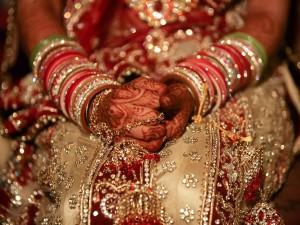 عنوان: عروس هندی، هندوستان تزیین دست عروس با حنا در هندوستان یک رسم است. عکاس: Zheng Huansong Xinhua