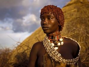 عنوان: یک زن Hamar، اتیوپی در دره رودخانه اومو در جنوب اتیوپی، مردم Hamar با گله داری امورات خود را می گذرانند. در این تصویر یک زن با تزیینات سنتی این مردم را می بینید. عکاس: Yu Haoliang