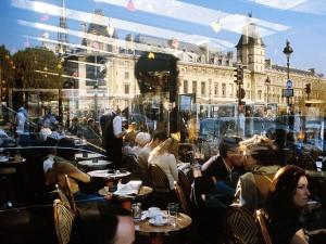 عنوان: کافه پاریس این عکس زندگی روزمره و شلوغی هایش را نشان می دهد. عکاس: Yann Layma