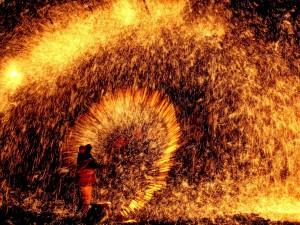عنوان: جشنواره فانوس، چین یک هنرمند در جشنواره فانوس را مشاهده می کنید که جلوه بسیار زیبایی را به وجود آورده است. این جشنواره یک سنت قدیمی در چین است که امروزه طرفداران زیادی دارد.
