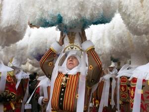 عنوان: کارناوال Binche، بلژیک این کارناوال هر ساله برگزار می شود در آن انواع خوشگذرانی ها برقرار است. این کارناوال در یونسکو به ثبت رسیده است. عکاس: Sergi Reboredo