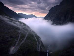 """عنوان: Trollstigen، نروژ عکاس این عکس می گوید:""""من خوش شانس بودم که به مدت دو ماه در این دره در تابستان زندگی کردم و توانستم یک شب این دره را پر از مه ببینم"""" عکاس: Sean Ensch"""