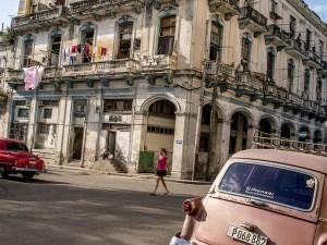 عنوان: هاوانا، کوبا خودروهای قدیمی در همه جای هاوانا دیده می شوند. به دلیل تحریم های ایالات متحده، کشور کوبا از نطر اقتصادی دچار مشکلات زیادی شد. عکس از نیویورک تایمز