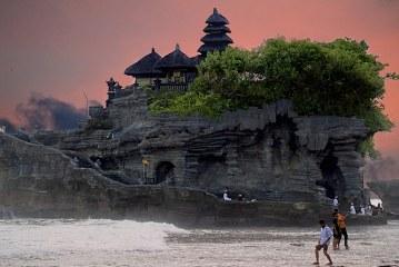 اینجا بهشت نیست، زمین زیبای ماست! جزیره Tanah Lot