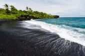 ساحلی بسیار دیدنی از شن های سیاه در پونالو