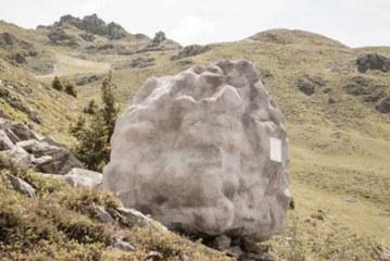پناهگاهی به شکل سنگ در کوه های آلپ