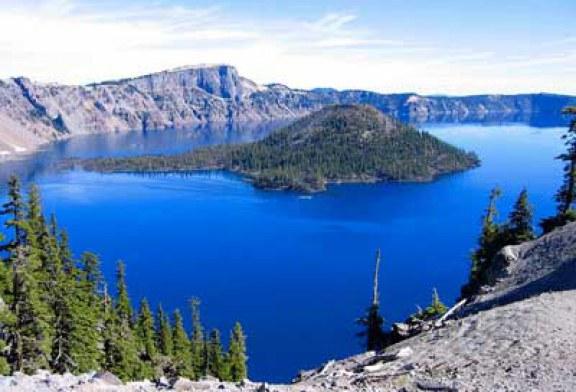 دریاچهای روی قله آتشفشان