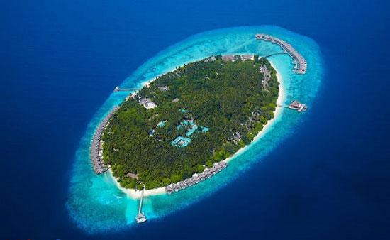 جزیره بسیار کوچک آتول در وسط دریا