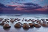 ساحلی که توپ های بولینگ آن را پُر کرده اند!