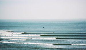 طولانی ترین موج های جهان را در این شهر ساحلی ببینید