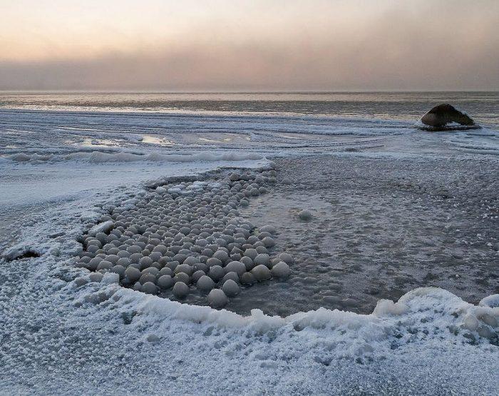 شگفتی طبیعت: ساحلی پُر از توپهای یخی