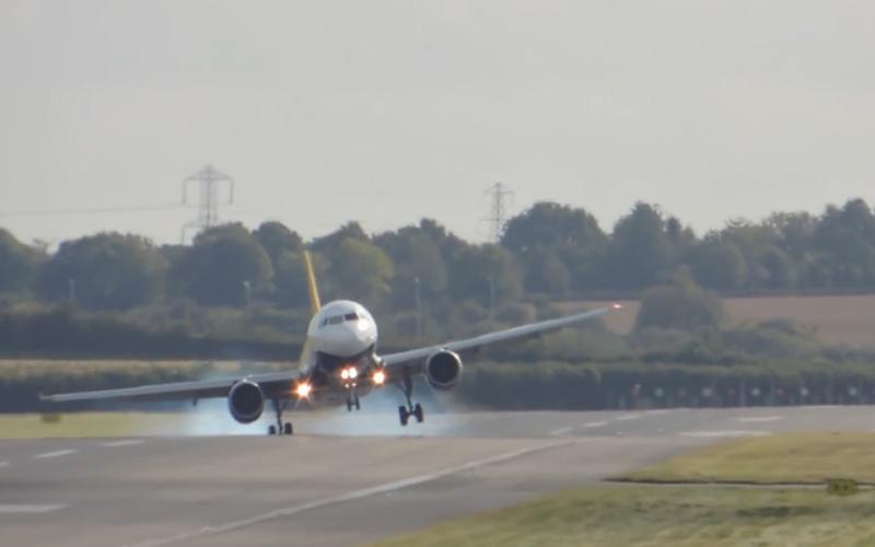 فرود هواپیما در میان وزش باد