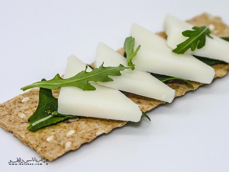 پنیر صربستانی کم چرب است و تقریبا طعم خنثایی دارد