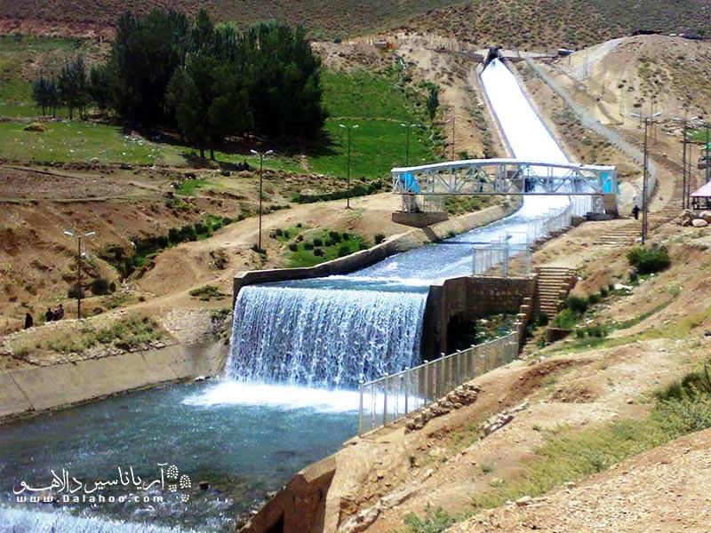 تونل کوهرنگ آب چشمه کوهرنگ و سایر چشمهها را به زاینده رود میریزد.