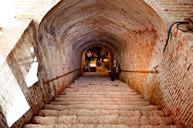 ورودی شهر اویی شهر زیرزمینی نوش آباد