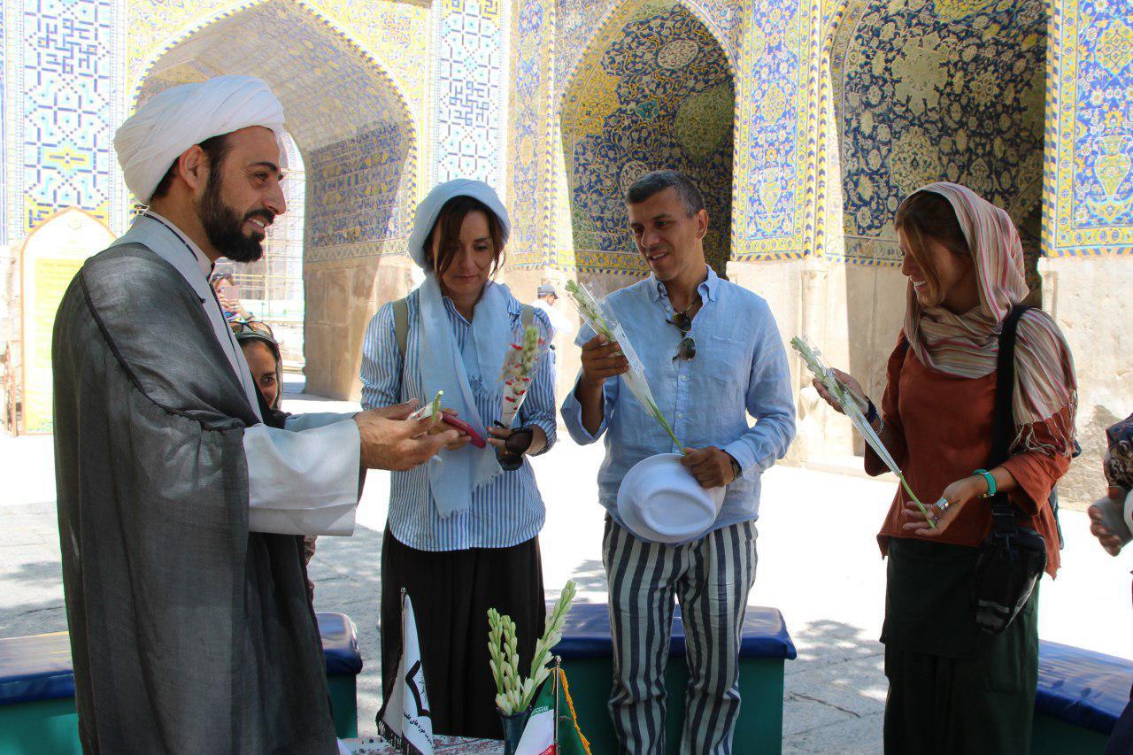 گردشگران خارجی در اصفهان - گل دادن به گردشگران خارجی در اصفهان - توریست های خارجی - گردشگر خارجی - توریست