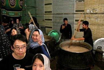 حسینیهای در تهران که میزبان گردشگران خارجی و اقلیتهای دینی است | از توزیع برگه انگلیسی تا پایین کشیدن سخنران از بالای منبر