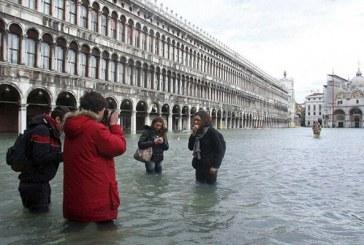 وضعیت بحرانی و بیسابقه در ونیز؛ تصاویر وضعیت عجیب گردشگران | عصای موسی به نجات ونیزیها میآید!